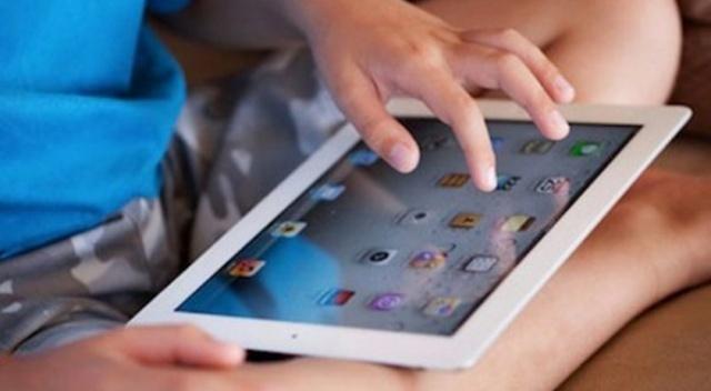 """Cumhurbaşkanı Erdoğan, salgın ile mücadele kapsamında ve yüz yüze eğitim konularının da masaya yatırıldığı kabine toplantısı sonrası gündeme damga vuracak açıklamalar yaptı. İlk olarak 500 bin öğrenciye ücretsiz tablet bilgisayar dağıtılacak. Tablet almanın koşulları neler sorusu gündeme geldi. Cumhurbaşkanı Erdoğan şu sözleri kullandı : """"İlk etapta 500 bin öğrencimize ücretsiz tablet bilgisayar vereceğimiz bir süreci başlattık. Önümüzdeki haftadan itibaren dağıtıma başlıyoruz"""" dedi."""