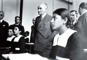 Kitaplarında Atatürk İle Fotoğrafı Olan Kız
