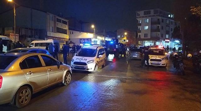 Esenyurt'ta iki grup arasında çıkan silahlı kavgada 8 kişi yaralandı.