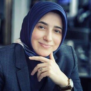 AKP Tokat Milletvekili Özlem Zengin, sosyal medyada paylaştığı bir fotoğrafının altına evlilik teklifinde bulunan 70 yaşındaki Osman Dereli ile buna yorum yapan gazeteci Kemal Vanlı'yı şikayet etti.
