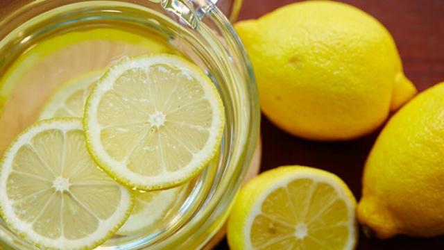 Sağlığımıza faydası olduğunu düşündüğümüz birçok şey aslında o kadar masum olmayabilir. İşte günlük rutin olarak tükettiğimiz ve sağlıklı olduğunu düşündüğümüz o yiyeceklerin gerçek yüzü.  1. Limonlu su  Limon sahip olduğu asidik özelliklerden dolayı reflüyü kötüleştirebilir. Limon suyunda bulunan asit diş minesine zarar verebilir. Diş hekimleri limon suyu içerken pipet kullanmanızı ve sonrasında ağzınızı çalkalamanızı önerir.