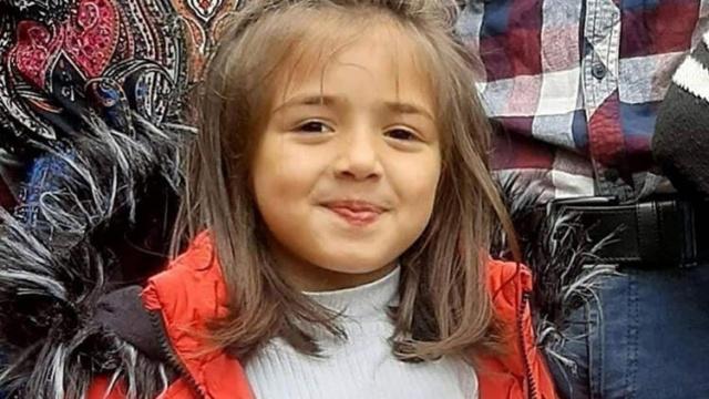 Giresun'un Bulancak ilçesine bağlı İcilli köyü Kıran Mahallesi'nde, evinin yakınındaki bahçede geçen yıl 27 Haziran 2020 günü, 6 yaşındaki kardeşi ve kuzeni ile oynayan, Nazlı- Serdar Tirsi çiftinin kızları İkranur, büyükbaş hayvanların yanına gitti. Araştırmacı-Gazeteci Müge Anlı, yaşanan gelişmeyi canlı yayında açıkladı. Giresun'da dere yatağında cansız bedeni bulunan 7 yaşındaki İkranur Tirsi'yi kimin oldurduğü belli oldu.