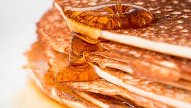 Akçaağaç şurubu tüm dünyada popüler bir tatlandırıcı olarak bilinir. Birçok insan kahvaltıda veya hamur işlerinde rafine şeker yerine akçaağaç şurubu kullanır. Bu popüler kahvaltı tatlandırıcısının sağlık ve güzellik açısından birçok faydası vardır. Özellikle birden fazla sağlıklı bileşik içerir ve bunlardan biri quebecol olarak bilinir. Bir şişe akçaağaç şurubunun tatlılıktan daha fazlası olduğunu öğrenince çok şaşıracaksınız. Peki akçaağaç şurubu veya akçaağaç suyu tüketmenin vücuda faydası nelerdir? İşte detaylar...