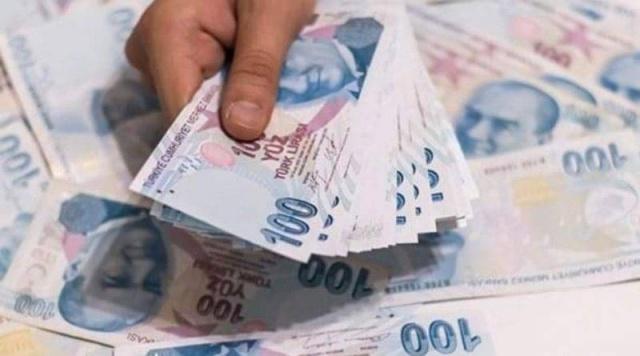 Koronavirüs salgını nedeniyle gelirleri azalan ve borcunu ödemekte zorlanan esnafa yeni bir kolaylık daha getirildi. Türkiye Esnaf ve Sanatkârlar Kredi ve Kefalet Kooperatifleri Birlikleri Merkez Birliği (TESKOMB) kefaleti ile Halk Bankası'ndan kullandırılan kredilerde daha önce borcu yapılandırılan ancak ödeyemeyen veya yapılandırmadan faydalanamayanlara erteleme geldi. İşte faizsiz çözüm imkanının ayrıntıları:FAİZ YÜZDE 4'TE KALDIKredi borç yapılandırmasında,  TESKOMB'un alacağı gecikme faizlerinden vazgeçilerek, anapara borçlarına 18 ay taksitlendirme imkânı sunulacak. Yeni yapılandırmayla daha önce borçları yapılandırılan ve taksitleri devam edenlerin de kalan taksitleri faizsiz 6 ay süreyle ötelendi.