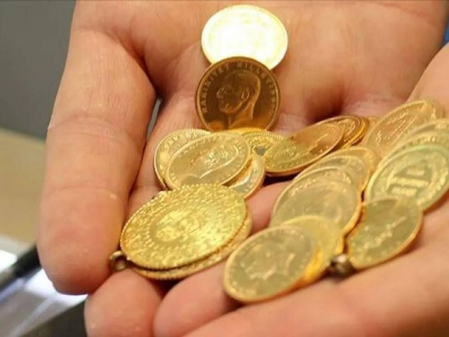 Altın fiyatlarının yükselmesi, çeşitliliğin artması ve internet satışı sonrası sahte altınlar giderek arttı.Uzmanlar tarafından bile zor ayırt edilen sahte altınlar hem kuyumcuların hem de vatandaşın mağdur ediyor.Türkiye'de takı denilince ilk akla ilk gelen altının fiyatı kadar tasarımı ve işlemeleri de önem arz ediyor. Ham halde bulunan altın zorlu bir çalışmanın ardından deneyimli ustaların elinde şekillenip bilezik, kolye, küpe ve yüzüğe dönüşürken, kuyumcu vitrinlerinden geçerek vatandaşlara ulaşıyor.