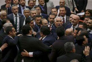 Meclis'te gerginlik: Vekiller birbirinin üzerine yürüdü