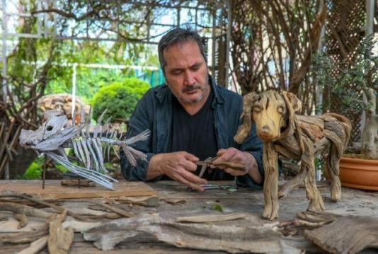 Antalya'da doğadan topladığı odun ve tahta parçalarıyla heykeller yapan Adnan Ceylan, pandemi nedeniyle çalışmalarını evinin bahçesinde sürdürüyor. Ali Koç ve Rahmi Koç gibi isimlere de heykeller yapan Ceylan'ın eserleri bin lira ile 300 bin lira arasında alıcı buluyor.