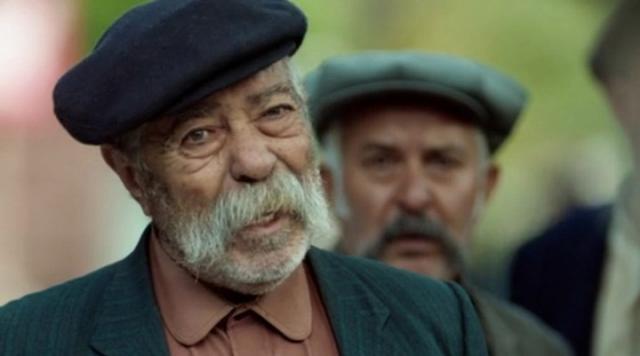 Usta oyuncu Erol Demiröz, 81 yaşında hayata veda etti. Demiröz'ün vefat haberini Oyuncular Sendikası duyurdu 'Sürü', 'Balans ve Manevra', 'Mucize' ve 'Güneşi Gördüm' gibi filmlerde rol alan oyuncu Erol Demiröz yaşamını yitirdi.