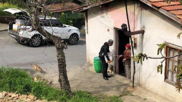 Oyuncu Murat Yıldırım, koronavirüs salgını tedbirleri kapsamında 17 günlük tam kapanma başlamadan önce kapı kapı dolaşarak ihtiyaç sahiplerine yardım kolisi dağıtırken görüldü.