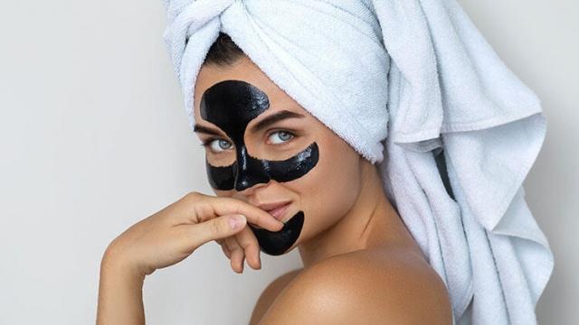 Siyah noktaları temizlemek, gözenek problemi ile savaşmada önemli bir rol oynar. Siyah noktalar, havaya maruz kaldığında oksitlenen sebum (yağ), kir, makyaj ve ölü deri hücreleriyle dolu tıkalı gözeneklerdir. İşte bu kirli gözenekler ile savaşmanızı sağlayacak 3 doğal maske tarifi...  Siyah noktalar gözenekleri doldurur ve genişletir. Siyah noktalar gözenek içinde ne kadar uzun süre kalırsa gözenekleriniz o kadar genişler. Bu nedenle gözenek probleminden kurtulmak için siyah noktalarla da savaşmanız gerekmektedir.
