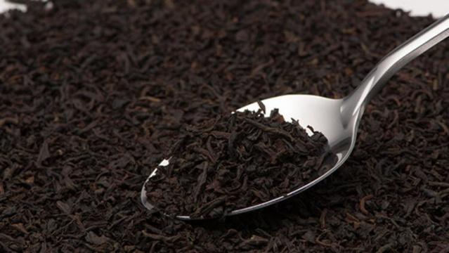 """Siyah çay aslında siyah değildir. Çin'de bu çay renginden dolayı """"kırmızı çay"""" olarak anılır ve her gün içmenin sağlık açısından birçok faydası olabilir. Hatta bazı insanlar, benzer kafein içeriği nedeniyle onu kahveye alternatif olarak tercih eder. Ancak günde çok fazla siyah çay içerseniz bazı riskleri de göz önünde bulundurmanız gerekir. Peki, her gün siyah içerseniz vücudunuzda ne olur? İşte siyah çayın vücuda bilinmeyen faydaları ve zararları.."""