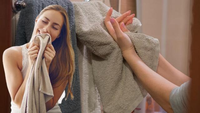 Evlerimizi temiz tutmak, son derece önemli ama güç bir iştir. Özellikle banyo kimsenin temizlemek istemediği yerlerin başında gelir. Banyolarda ortaya çıkan kötü koku işin içine girince bu daha da zorlaşır. Ancak bunu yok etmek sanıldığından daha kolay! Banyoyu, hiç kimsenin temizlemekten şikayet etmeyeceği hoş ve harika kokulu bir yere çevirmenin 10 kolay yolunu sizinle paylaşıyoruz