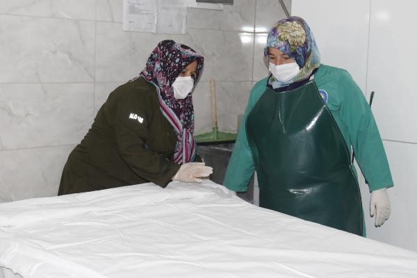"""Antalya Büyükşehir Belediyesi Uncalı Kent Mezarlığı'nda görev yapan kadın gassal'dan kan donduran sözler: """" kocam beni her gece…"""" Ayrıntılar Haberin Devamındadır"""