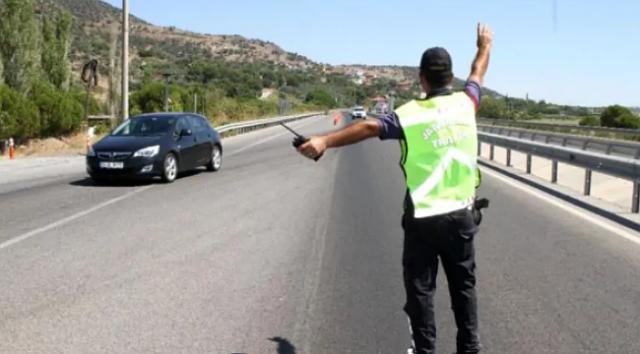 Sağlık Bakanlığı'nın açıkladığı haritada çok yüksek riskli il kategorisinde bulunan Aksaray'da, artan vakalar sonucu Türkiye'de bir ilk uygulandı ve bugün sokağa çıkma kısıtlamasında bakkal ve manavlar da kapatıldı. İki beldede 7 günlük karantina ve sokağa çıkma yasağı ilan edildi.