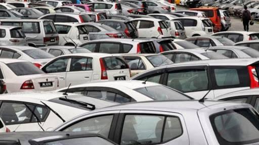 """Kılıçer, """"Bizde de ciddi düşüşler var. Ancak pazar tahminimizi değiştirmedik. Yıl sonunda 650 bin adetlik otomobil satışı öngörüyoruz"""" dedi. """"TÜKETİCİ BEKLEME MODUNDA"""" Hyundai yetkilileri de kasım ayının ilk iki haftasında satışlarda yavaşlama olduğunu, tüketicinin bekleme moduna geçtiğini söyledi. Hyundai yetkilileri önümüzdeki haftalarda showroom trafiğinin yeniden hareketleneceğini öngörüyor."""