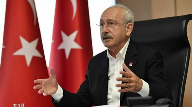 """CHP Üsküdar İlçe Başkanı Suat Özçağdaş, CHP'den istifa ederek AKP'ye geçen Üsküdar Belediyesi Meclis üyelerine tepki göstererek """"Beklentilerinin karşılanmadığını belirterek gittiler. AKP'ye geçmişler. CHP seçmeninin iradesiyle seçildiler, belediye meclis üyeliğinden de istifa etsinler"""" ifadesinde bulundu."""