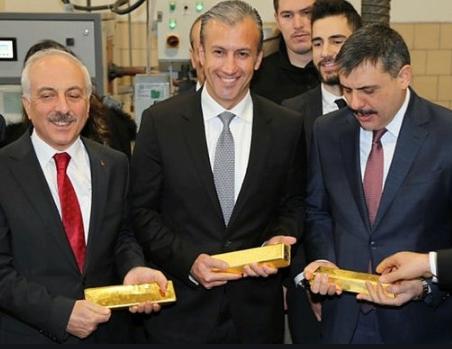 Her alanda büyüyen ve güçlenen Türkiye'nin dünya siyasetinde artan gücü ve rolü meyvesini vermeye devam ediyor bir ülke daha güvenli liman olan Türkiye'ye Altınlarını göndermek için harekete geçti Ülkemizde her yıl çıkan onlarca ton altına birde Venezuella'nın Türkiye'ye verecegi yüzlerce ton altın eklenecek Türkiye'ye gelen Venezuelalı yetkililerden oluşan heyet çeşitli incelemelerde bulunarak bir rapor hazırladı