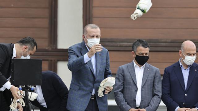 """0 SHARES Share Tweet    Karar Gazetesi yazarı, Cumhurbaşkanı Tayyip Erdoğan'ın eski danışmanı Akif Beki, """"Çaylar Cumhurbaşkanı'ndan"""" mesajı yazısında """"Bir sırrı, hikmeti olmalı bu ısrarın…"""" dedi."""