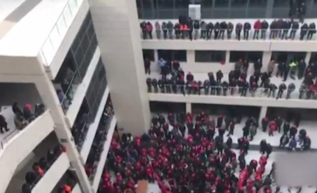 Son Dakika ! Ankara'da Hareketli Dakikalar… İşçiler Belediye Binasını Bastı.. Peki Sebebi Ne?