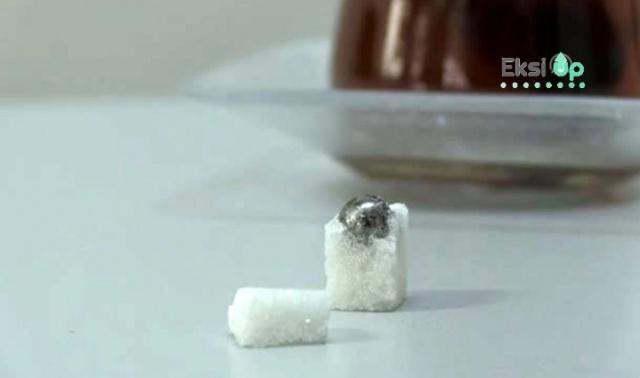 Çayına atmak için küp şekeri kırdı, içinden çıkana inanamadı.