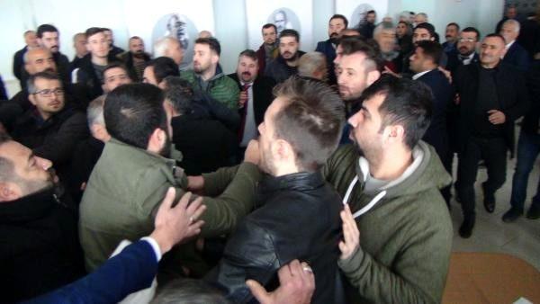 CHP kongresinde çıkan arbedede partililer yumruklaştı..