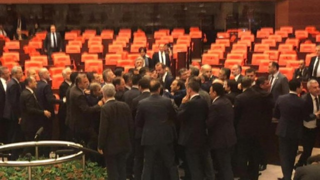 Atatürk aleyhine paylaşım yaptığı için açığa alınan Bürokrat, Meclis'te kendisine tepki gösteren vekile saldırdı.. Ayrıntılar Haberin Detayındadır…