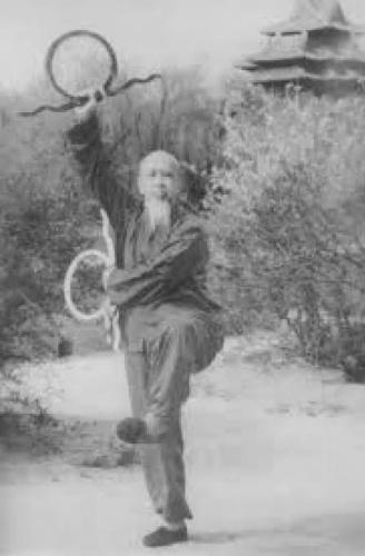 Çinli Li Ching-Yuen bir dövüş hocası ve uzun yaşamasıyla biliniyor. Her ne kadar inanılması güç olsa da; 256 yaşında öldüğü söyleniyor. Bu iddia hepimizin bildiği ve oldukça prestijli bir dergi olan Time'da da yerini aldı. Dergide Li Ching-Yuen'in 256 sene yaşamasının sırrını 'güvercin-köpek-kablumbağa' üçlüsüne bağlanıyor.
