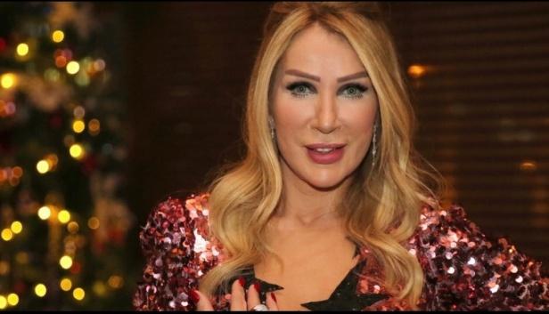 Konserlerine kaldığı yerden devam eden başarılı isim, Antalya konserinde giydiği kıyafetiyle adından söz ettirmeyi başardı.
