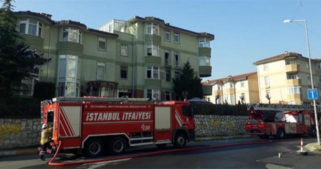 Beylikdüzü'nde 'Çılgın Sedat' lakaplı şarkıcı Sedat Kapurtu'nun ailesi ile birlikte yaşadığı villada yangın çıktı. Yangını haber alınca evine gelen şarkıcı, eşine ve annesine sarılarak uzun süre gözyaşı döktü.