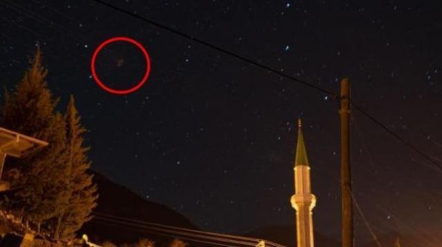 Antalya'nın Manavgat ilçesinde, eniştesiyle birlikte yürüyüşe çıkan adam, deneme amaçlı yıldızların fotoğrafını çekerken bilmeden UFO görüntüsü çektiğini iddia etti. Altıntaş, çektiği görüntülerin ne olduğunun araştırılması için NASA ve Türk Uzay Ajansı'na gönderdi. Manavgat'ta lüks bir otelde satış ve pazarlama direktörü olarak çalışan fotoğraf sanatçısı Abdurrahman Altıntaş, 6 Şubat Cumartesi günü Gündoğmuş ilçesi, Güneyyaka köyüne gitti. Gece gökyüzünün çok berrak olması nedeniyle, eniştesinin ısrarıyla, gece yarısına yakın bir zamanda çeşitli açılardan deneme amaçlı yıldız fotoğrafları çekimi yaptı. Altıntaş, çektiği fotoğrafları bilgisayarına yüklediğinde fotoğraflardan bir tanesinin huni biçiminde ilginç bir obje olduğunu fark etti.