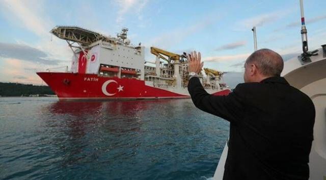 Cumhurbaşkanı Recep Tayyip Erdoğan, tüm Türkiye'nin merakla beklediği müjdeyi açıkladı ve Karadeniz'de ülke tarihinin en büyük doğal gaz rezervinin keşfedildiğini duyurdu. Milyonları sevince boğan haber, muhalif kesimi rahatsız etti. Türkiye'nin dışa bağımlılığını azaltacak büyük keşfi hazmedemeyenler, çirkin paylaşımlarda bulundu.