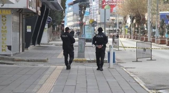 Son dakika haberi…Ankara, istanbul dahil olmak üzere birçok ilde vaka sayılarında artışlar gözlemlenyor. Geçtiğimiz aylarda uygulanan sokağa çıkma kısıtlamasının hafta sonları yeniden gündeme gelebileceği kulislerde konuşuluyor.Hürriyet'ten Nuray Babacan'ın haberine göre; Ankara başta olmak üzere 7 ilde görülen pandemi artışı nedeniyle, Sağlık Bakanlığı ve Bilim Kurulu'nun yaptığı çalışmaların ardından bir dizi önlemler planlanıyor.