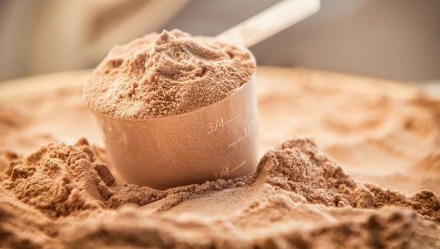 """Günümüzde sporcuların ve bazı gençlerin, kas yapmak için sıkça başvurduğu protein tozlarına karşı uyaran Prof. Dr. Vedat Göral """"Aşırı protein tozu tüketiminin bağırsaklarda ishal, kemiklerde erime, böbreklerde hasara yol açtığı biliniyor. Protein tozları, bazen sindirim sıkıntısına neden olabilir"""
