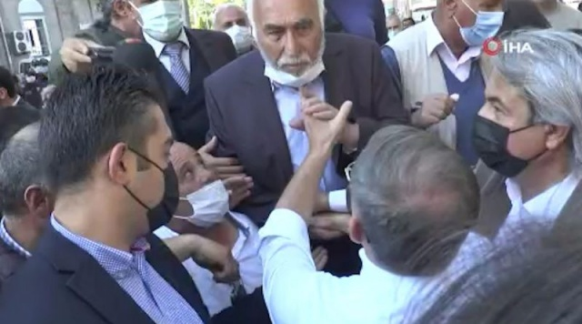 """Gelecek Partisi Genel Başkanı Davutoğlu, Kayseri'de esnaf ziyaretinde bulundu.Davutoğlu, tarihi Kapalı Çarşı esnafını ziyaret ederek, alışveriş yapan vatandaşlarla sohbet etti, hatıra fotoğrafı çektirdi. Davutoğlu, bir iş yerinde de pastırma doğradı. """"ONLARLA OLURSANIZ SİZE OY VERMEYİZ"""" Ziyaretler sırasında Davutoğlu'nun yanına gelen bir kişi, """"Biz seni seviyoruz. Ancak İYİ Parti, CHP ve HDP ile birlik olursanız hiç gözümüzde yoksunuz. Onlarla birlikte olursanız size oy vermeyiz."""" dedi."""
