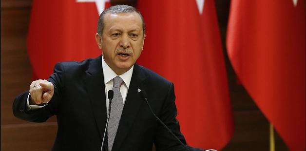 Cumhurbaşkanı Recep Tayyip Erdoğan'ın ekose desenli ceketleri Alman Die Welt gazetesine haber oldu.Die Welt gazetesinde, 'Erdoğan'ın kazanan ceketi moda dünyasını nasıl etkiliyor?' başlıklı bir yazı yayınlandı.Cumhurbaşkanı Erdoğan'ın 'ekose desenli ceketlerini' konu alan yazıda, birçok ülkede olduğu gibi Türkiye'de de koyu ve tek renk takım elbiseler norm olarak görülürken, Erdoğan'ın ekose desenli ceketlerinin dikkat çektiği belirtildi.