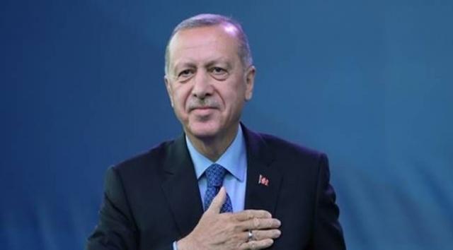 """Kalyon Güneş Teknolojileri Fabrikası'nın açılış töreninde, """"Cuma günü hayallerimizi süsleyen bir müjdeyi inşallah milletimize vereceğiz"""" açıklamasının ardından milyonlar verilecek müjdenin ne olacağını merak eder oldu. Bloomberg News'un konu hakkında doğrudan bilgiye sahip iki kaynağa dayandırdığı habere göre, bu müjde Türkiye'nin Karadeniz'de enerji kaynağı bulması."""