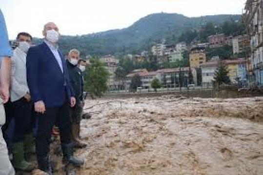 Giresun'da meydana gelen sel sonrası bölgeyi ziyaret eden İçişleri Bakanı Süleyman Soylu'nun ayağı kaydı. Soylu'yu suya düşmekten yanındakiler kollarından tutarak kurtardı.