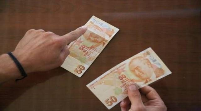 """Muğla'nın Milas ilçesinde önce paranın sahte olduğunu düşünen Ülgül, yaptığı araştırmada """"0"""" rakamı bulunmayan 50 liralık banknotun para sayma makinesinden de sorunsuzca geçmesiyle şaşkınlık yaşadı. Arkasında Fatma Aliye Hanım resminin yer aldığı banknotun 50 liralık banknotla da aynı renkte olduğunu gören Ülgül, bankaya götürdüğü paranın hatalı basım serisinden olduğunu anladı."""