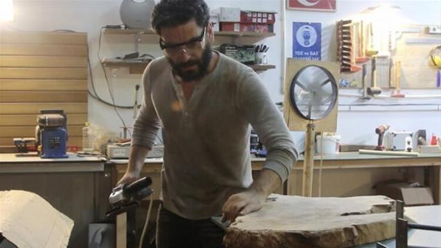 Başarılı oyuncu Ozan Akbaba, marangozluk tutkusunu kurduğu atölyede profesyonel üretime çevirdi. Dizi setinin olmadığı tüm zamanını ahşap tezgahının başında geçiren oyuncu yakın çevresinden aldığı masa ve sehpa siparişlerine yetişemiyor.