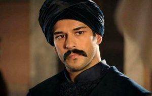 Ünlü oyuncu Burak Özçivit'in kız kardeşi Burçun Özçivit, ağabeyine benzerliğiyle dikkat çekiyor.