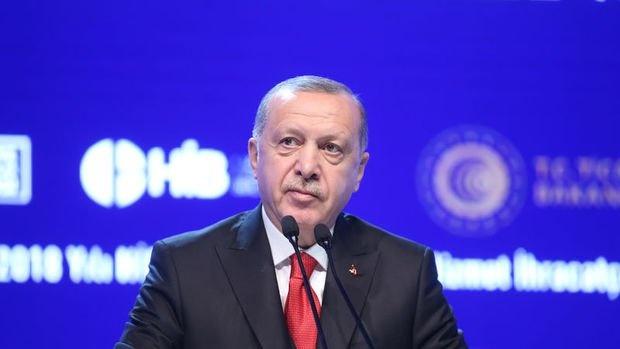 """Partisinin grup toplantısında konuşan Cumhurbaşkanı Recep Tayyip Erdoğan, önemli açıklamalarda bulundu. Erdoğan'ın gündeminde kabine revizyonu, muhalefetin 128 milyar eleştirileri ve Adnan Menderes benzetmesi vardı. Kabine'de yeni görev alan isimlere başarılar dileyen Erdoğan, önceki isimlere de teşekkür etti. CHP Grup Başkanvekili Engin Altay'ın kendisine yönelik 'Adnan Menderes' benzetmesine sert tepki gösteren Erdoğan, """"Biz bu yola çıkarken kefenimizi giyerek çıktık"""" dedi."""
