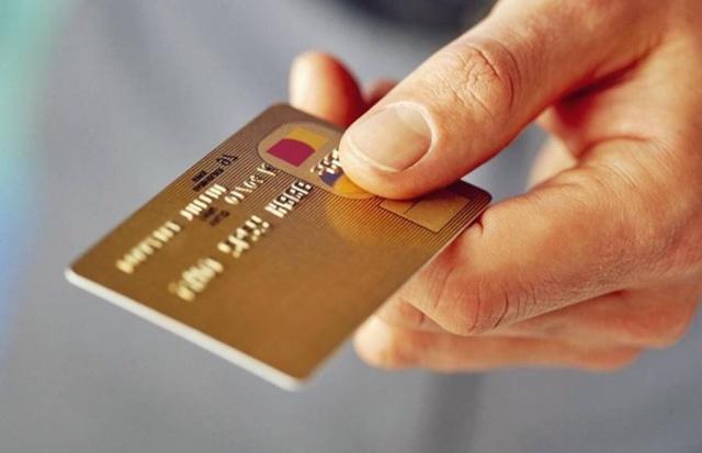 """Milyonlarca kredi kartı kullananları ilgilendiriyor  Kredi kartı kullanan herkesi yakından ilgilendiren yeni bir gelişme yaşandı. Antalya'da bir vatandaş yıllardır kullandığı kredi kartına aidat ücreti yansıtan ve talebine rağmen ücreti iade etmeyen bankaya karşı dava açtı. Dava sonucunda milyonlarca kredi kartı kullanıcısını ilgilendiren emsal bir karar çıktı. Banka tüketiciyle müzakere etmeden kart aidatı alamayacak. Tüketiciler, müzakeresiz kesilen aidatları geri alabilecek.  Kredi kartı kullananları ilgilendiren son dakika haberi geldi. Kredi kartı aidatına karşı açılan davadan emsal karar çıktığını söyleyen Tüketiciler Birliği Antalya Şube Başkanı Neşet Gündüz, """"Bir tüketicimiz yıllardır kullandığı kredi kartına aidat ücreti tahsil eden ve talebine rağmen iade etmeyen bankaya karşı dava açtı. Dava sonucunda milyonlarca kredi kartı kullanıcısını ilgilendiren emsal bir karar çıktı. Banka tüketiciyle müzakere etmeden kart aidatı alamayacak. Tüketiciler, müzakeresiz kesilen aidatları geri alabilecek"""" dedi."""